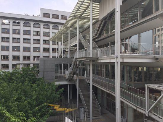 大東大校舎の外観。外階段が写っている。